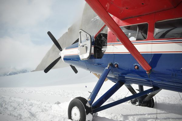 A Talkeetna Air Taxi de Havilland Otter carrying climbers and skiers lands on Root Canal Glacier in the Alaska Range on Sunday, May 12, 2019. (Vicky Ho / ADN)