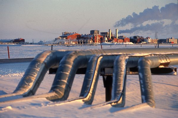 BP Exploration's Milne Point Central Facilities Pad on the North Slope with crude oil gathering lines in the foreground. Photographed Feb 20, 1995. (Bill Roth / ADN)