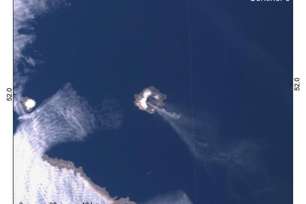 Sentinel-3 satellite image captures an eruptive plume from Semisopochnoi volcano drifting southeast and extending 330 km from the vent on April 15, 2021. (IUSGS / CopernicusEU)