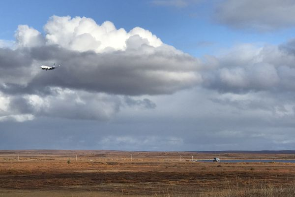 An Alaska Airlines jet makes an approach to Kotzebue on Tuesday, Sept. 18, 2018, over the tundra in the vicinity of where searchers located the body of Ashley Johnson-Barr was found. (Bill Roth / ADN)