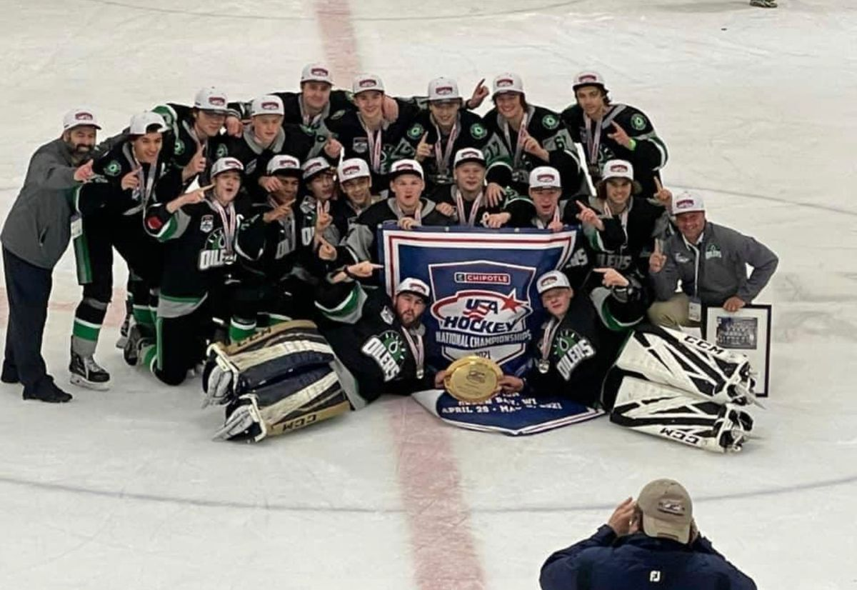 The Alaska Oilers celebrate after winning the Tier II U18 youth hockey national championship Monday in Green Bay, Wisconsin (photo courtesy Alaska Oilers)