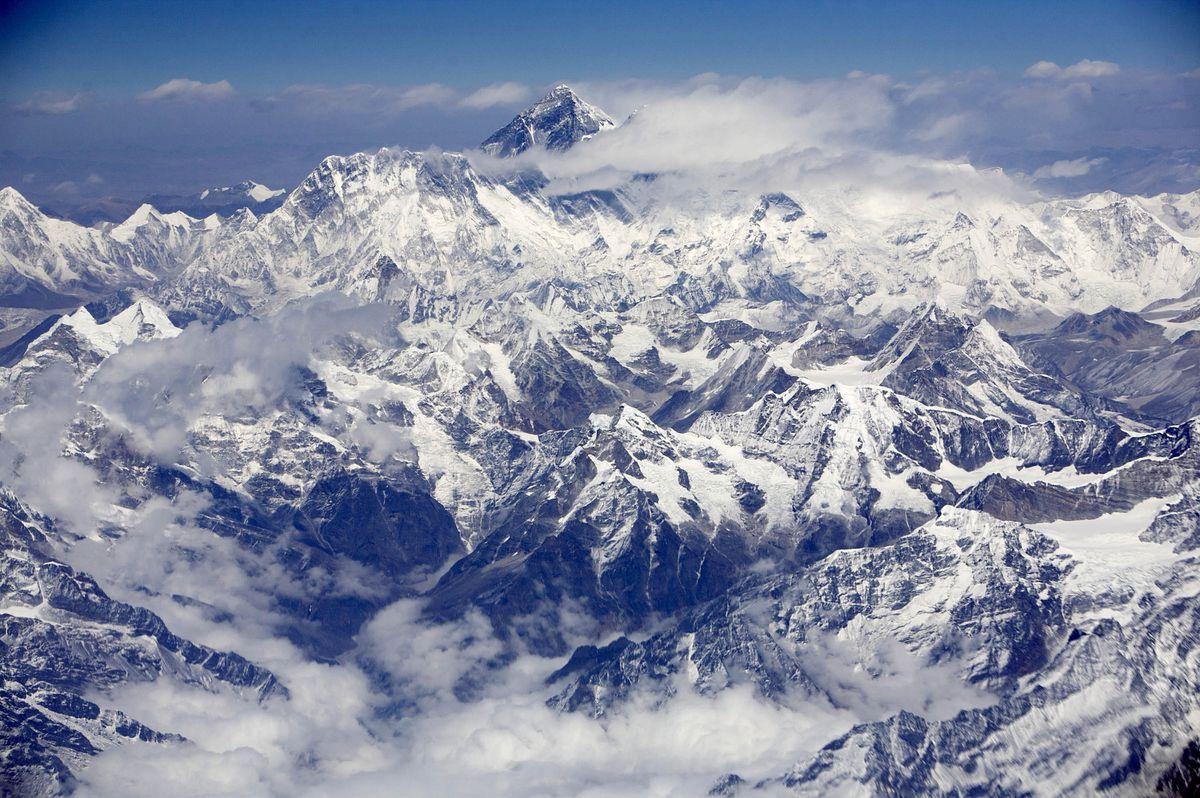 Mount Everestin 2008 (Bloomberg photo by Adeel Halim)