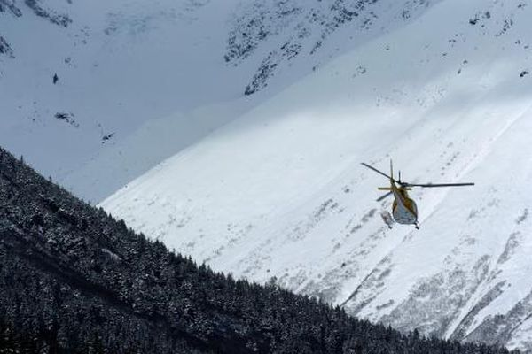Marc Lester/Anchorage Daily News A Chugach Powder Guides helicopter heads up Glacier Creek Valley as it transports four groups of skiers back to Girdwood at the end of a day helicopter skiing Chugach Mountains in Winner and Glacier Creek Valleys. 050329