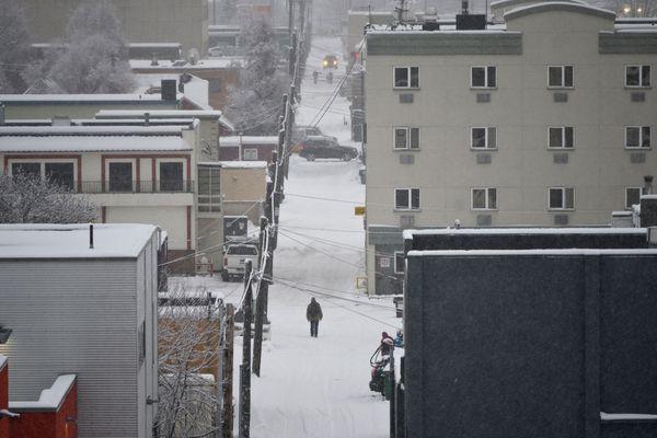 A pedestrian walks in an alleyway downtown on November 12, 2020. (Marc Lester / ADN)