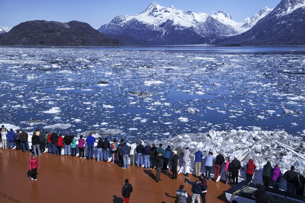 Cruise ship passengers in Glacier Bay National Park, May 2014. (iStock / Getty Images)