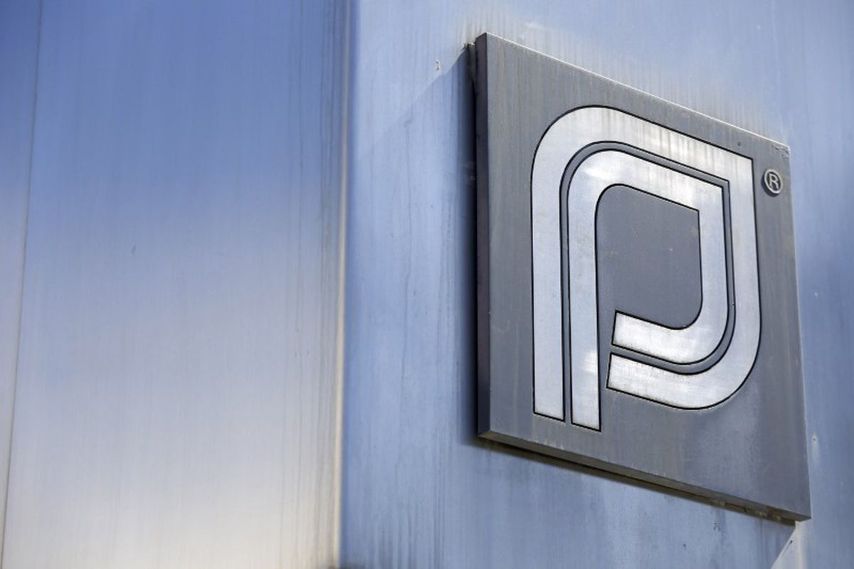 The Planned Parenthood logo is pictured outside a clinic in Boston, June 27, 2014. (Dominick Reuter / Reuters)