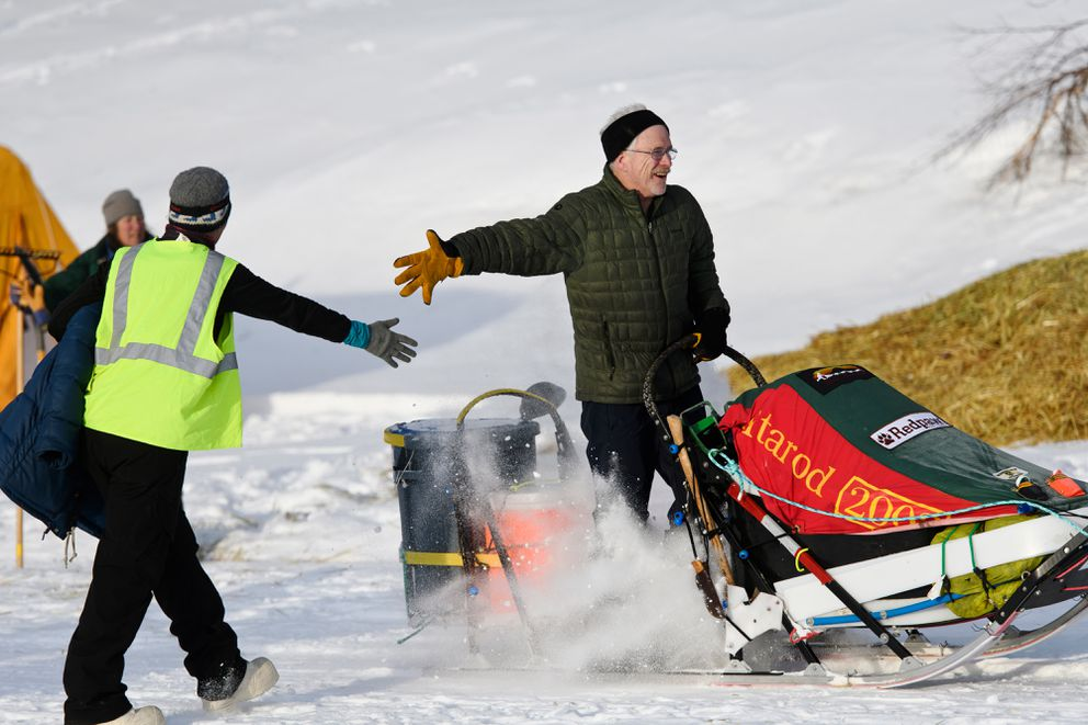 Jeff King gives a high-five as he leaves Finger Lake in the 2019 Iditarod. (Marc Lester / ADN archive)