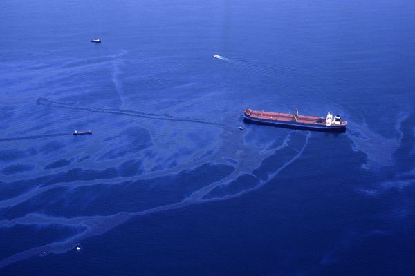 Oil spills from the crippled tanker Exxon Valdez the morning of March 24, 1989, after the vessel ran aground on Bligh Reef in Prince William Sound. (Erik Hill / ADN)