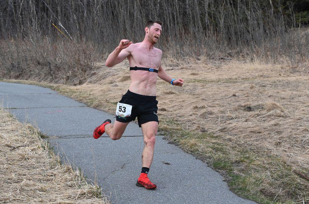 Lars Arneson passes through McHugh Creek turnaround en route to his victory. (Bill Roth / ADN)