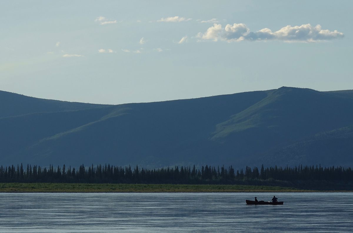 Cora the dog and Ned Rozell float down the Yukon River just upstream from Circle. (Photo by Skip Ambrose