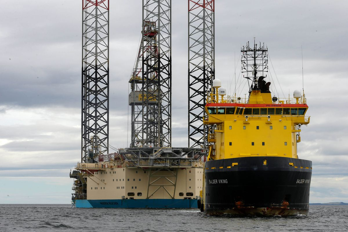 The Balder Viking offshore tug boat tows the Maersk Reacher mobile offshore drilling unit, operated by Maersk Drilling Services, into in the Port of Cromarty Firth in Cromarty, Scotland, on July 26, 2016. (Bloomberg photo by Matthew Lloyd)