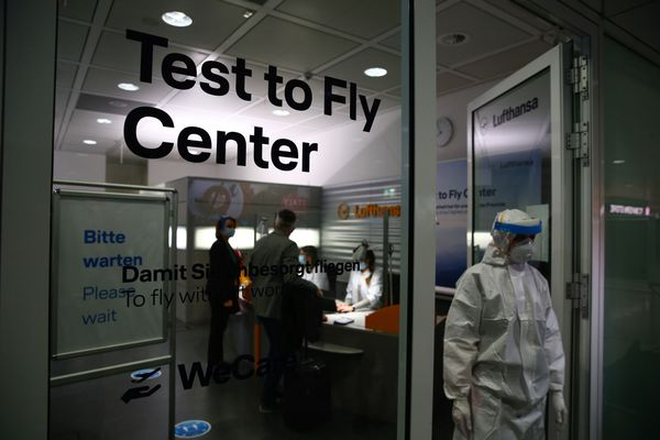 Travelers arrive at a Deutsche Lufthansa covid-19 testing center before boarding a flight at Munich Airport on Nov. 12, 2020. (Bloomberg photo by Michaela Handrek-Rehle)
