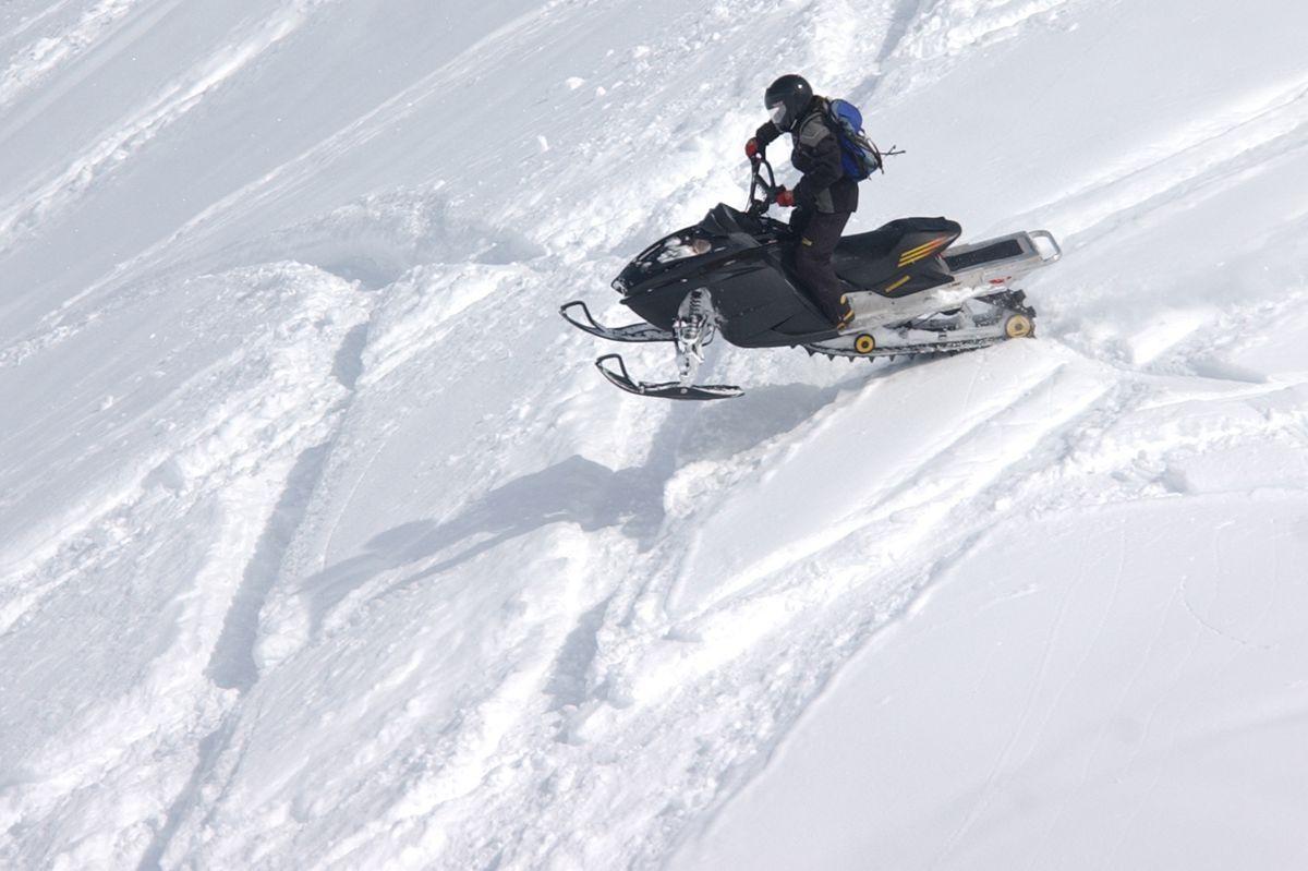 Riding in deep snow near Paxson in 2006. (Bob Hallinen/ADN)