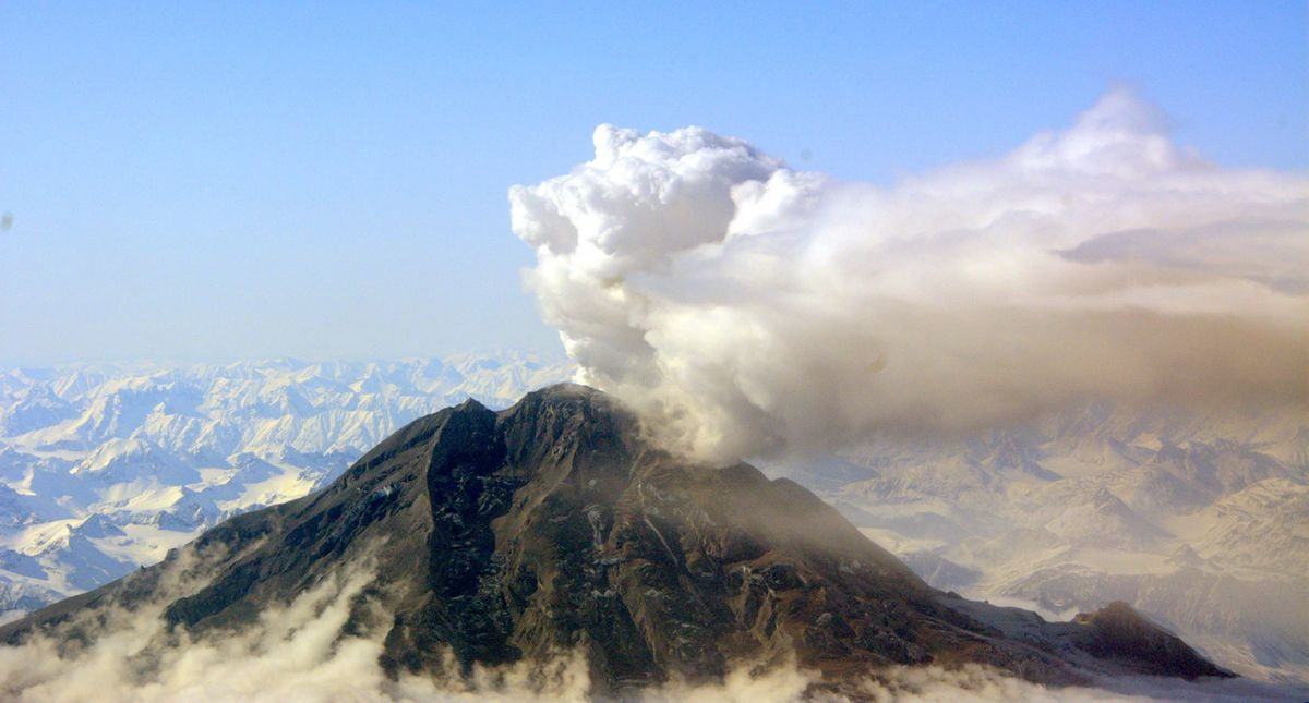 Smoke and steam rise from the Mount Redoubt volcano in Alaska, April 5, 2009. (Alaska Volcano Observatory)