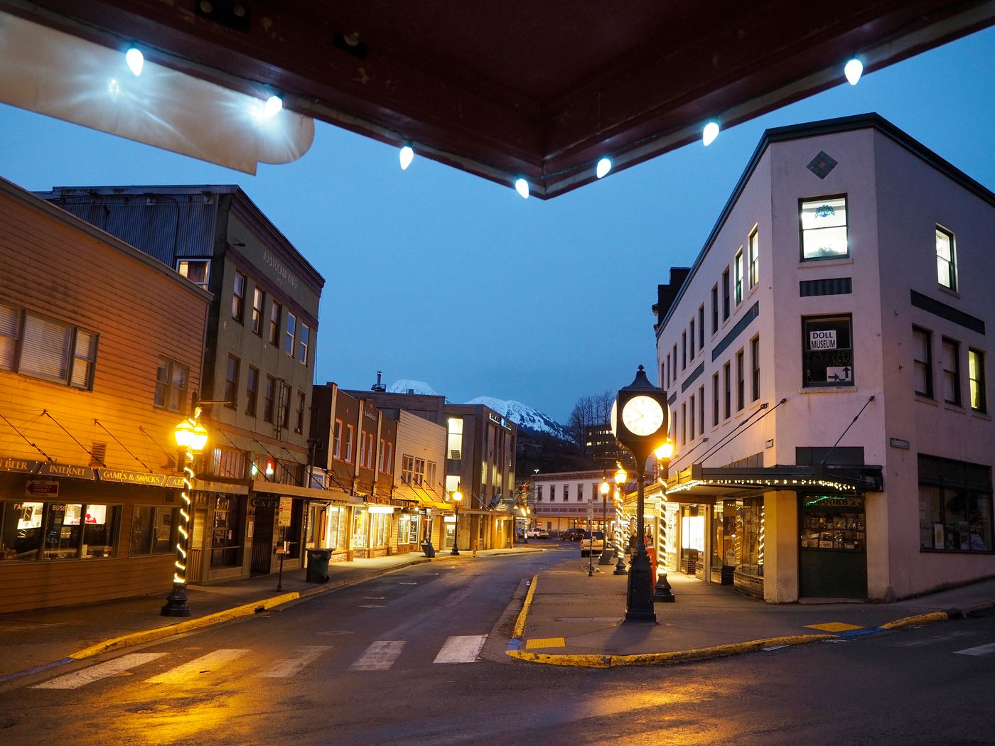 The intersection of Franklin and Front streets in downtown Juneau is mostly empty as night falls on January 18, 2017. (Marc Lester / Alaska Dispatch News)