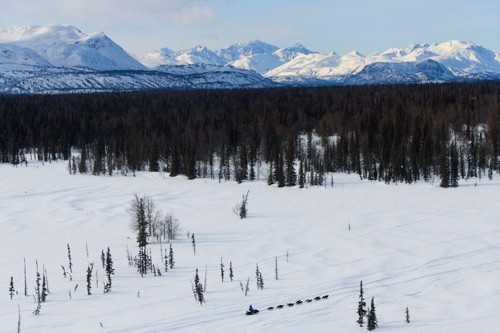 Martin Buser mushes between the Skwentna and Finger Lake, headed toward the Alaska Range. (Marc Lester / ADN)