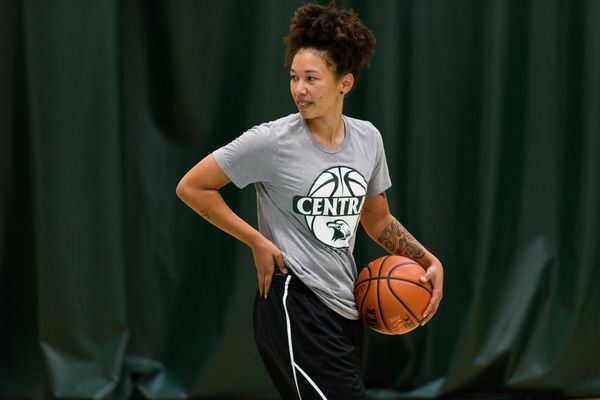 DaJonee Hale shoots hoops in Anchorage on August 13, 2020. Next month, Hale plans to head to Germany to join a pro basketball team in Bamberg. (Marc Lester / Anchorage Daily News)