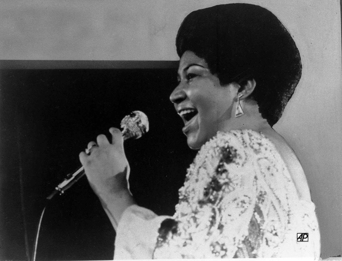 Vocalist Aretha Franklin warbles a few notes into microphone in a Jan. 28, 1972 photo. (AP Photo)