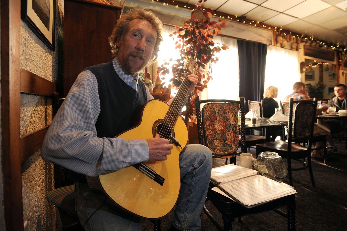 Shawn Lyons plays classical guitar in the Villa Nova Restaurant. (Bill Roth / ADN archives)