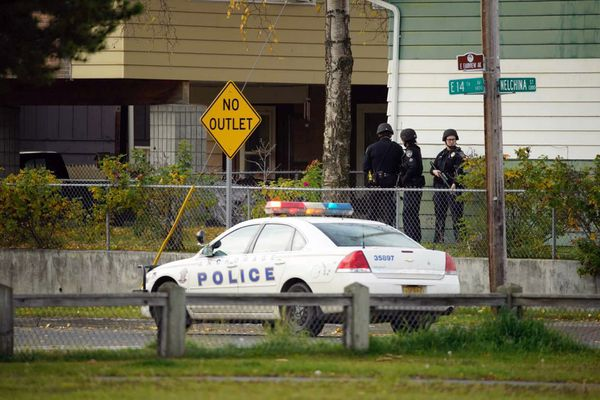 Anchorage police respond to a situation with a barricaded man at 14th and Nelchina St. Oct. 2, 2020. (Loren Holmes / ADN)