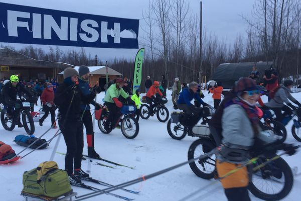 Racers start the Su Valley 100 at the Happy Trails Kennel in Big Lake on Saturday, Feb. 15, 2020. (Photo by Mary Steiert)