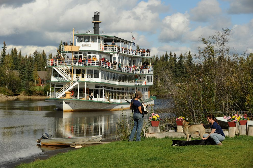 Laura Allaway gives a talk and a sled dog demonstration at Trail Breaker Kennel along the Chena River in Fairbanks to passengers on the paddlewheel riverboat Discovery III in 2014. (Bob Hallinen / ADN)