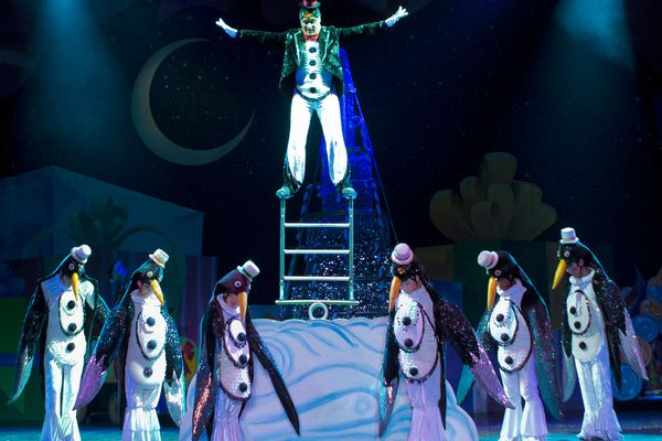Scene from Cirque Dreams Holidaze (Photo by Ian Ibbetson)