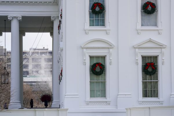 A member of the Secret Service guards the front door of the White House on Monday, Dec. 21, 2020. Washington Post photo by Toni L. Sandys