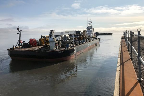 A double-hull lightering barge delivers fuel to Prudhoe Bay, during the first barge delivery of diesel fuel to the oil fields in more than 20 years, made on Aug. 30, 2018. (Photo By Paul Draper / Crowley)