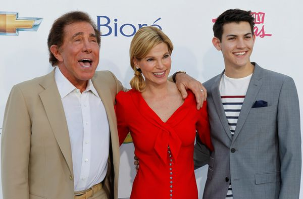FILE: Casino owner Steve Wynn, wife Andrea and her son Nick arrive at the 2012 Billboard Music Awards in Las Vegas, May 20, 2012. REUTERS/Steve Marcus