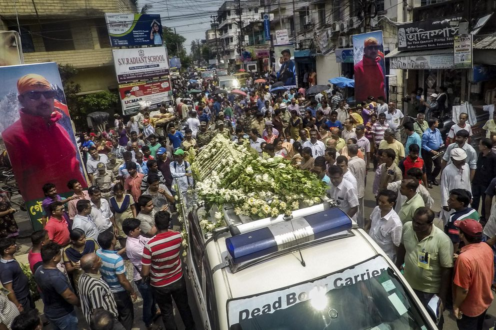 The procession taking the body of Goutam Ghosh to the crematorium, in Kolkata, India, June 2, 2017. Sherpas took on a quest to find the bodies of climbers Ghosh and Paresh Nath — a year after they were abandoned near the top of Mount Everest — and bring them home. (Josh Haner/The New York Times)