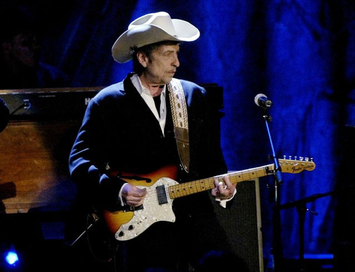 Rock musician Bob Dylan performs at the Wiltern Theatre in Los Angeles, May 5, 2004. REUTERS/Robert Galbraith/File Photo