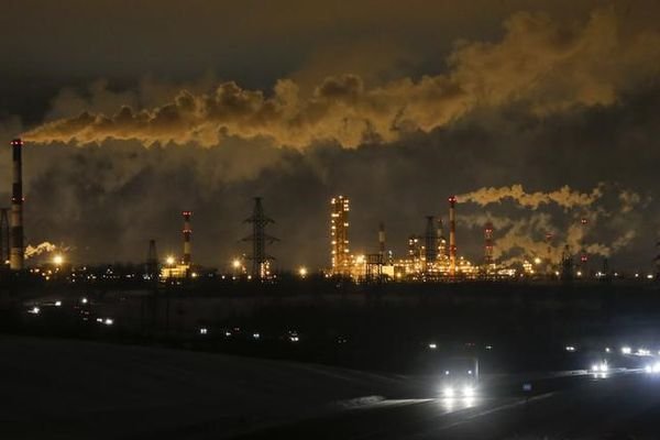 A general view shows the Slavneft-YaNOS refinery owned by Russian oil and gas company Slavneft, in the city of Yaroslavl, Russia January 18, 2017. REUTERS/Maxim Shemetov