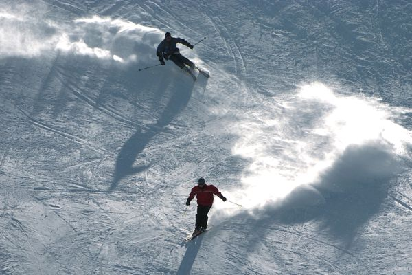 Skiers cruise down Silvertip at Alyeska Resort on a crisp sunny day in March. (Bill Roth / ADN archive 2004