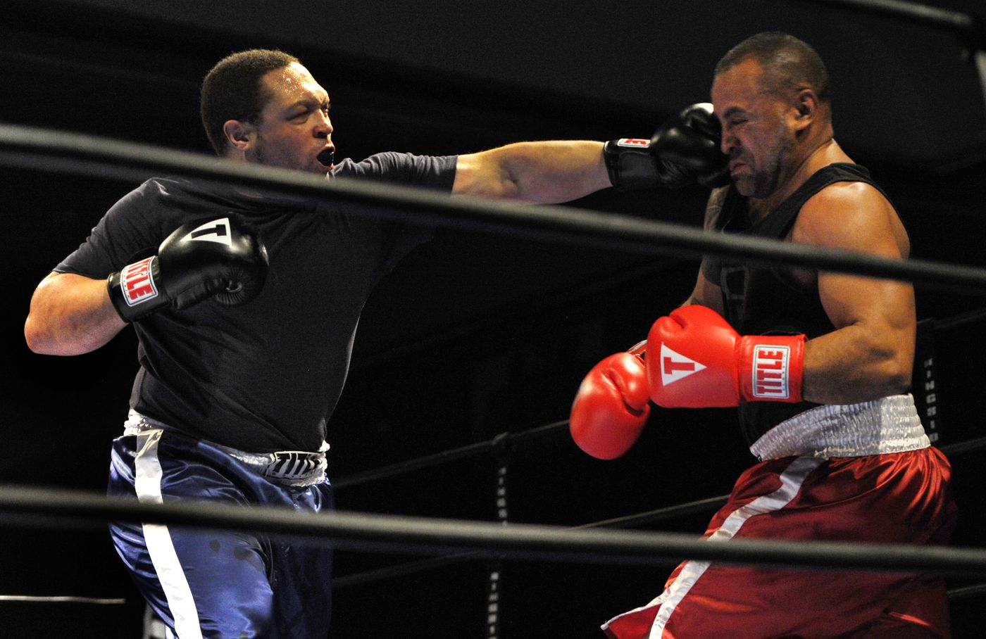 Cordero Gonzales lands a punch while fighting Simi Makihele.  (Bill Roth / ADN)