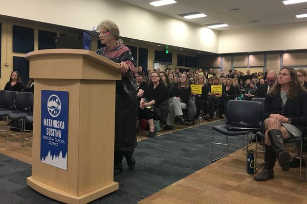 Dolores McKee testifies at the Mat-Su school board meeting in Palmer Wednesday night, Dec. 6, 2017, wearing a black garbage bag. McKee and 300 teachers came to protest stalled contract talks. (Zaz Hollander / ADN)