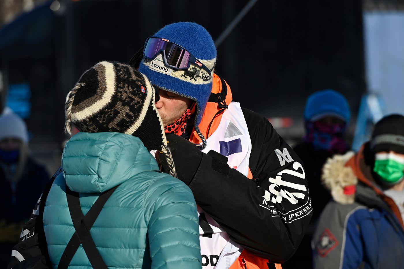 Joar Leifseth Ulsom gives a kiss before he begins his run. (Marc Lester / ADN)