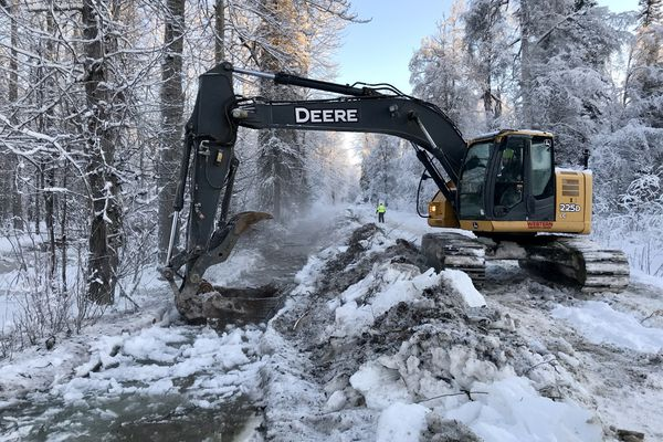 The Matanuska-Susitna Borough used an excavator to relieve Willow Creek flood water along the road leading to the Deneki Bridge on Friday, Dec. 27, 2019. (Bill Roth / ADN)