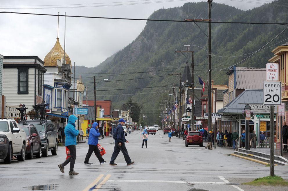Broadway Street in Skagway is full of visitors, many of the from the cruise ship Coral Princess, on Aug. 23, 2015. (Anne Raup / ADN)