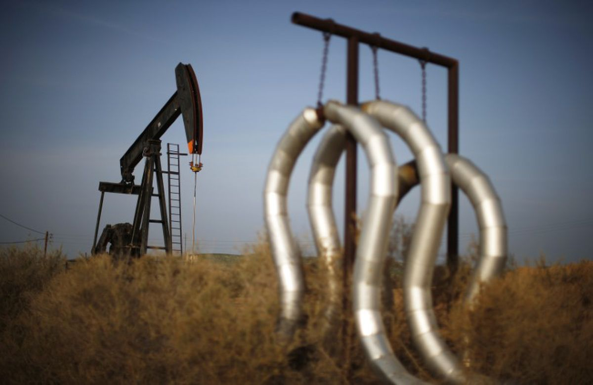 A pump jack and pipes are seen on an oil field near Bakersfield, California, January 2015. (Lucy Nicholson / Reuters)