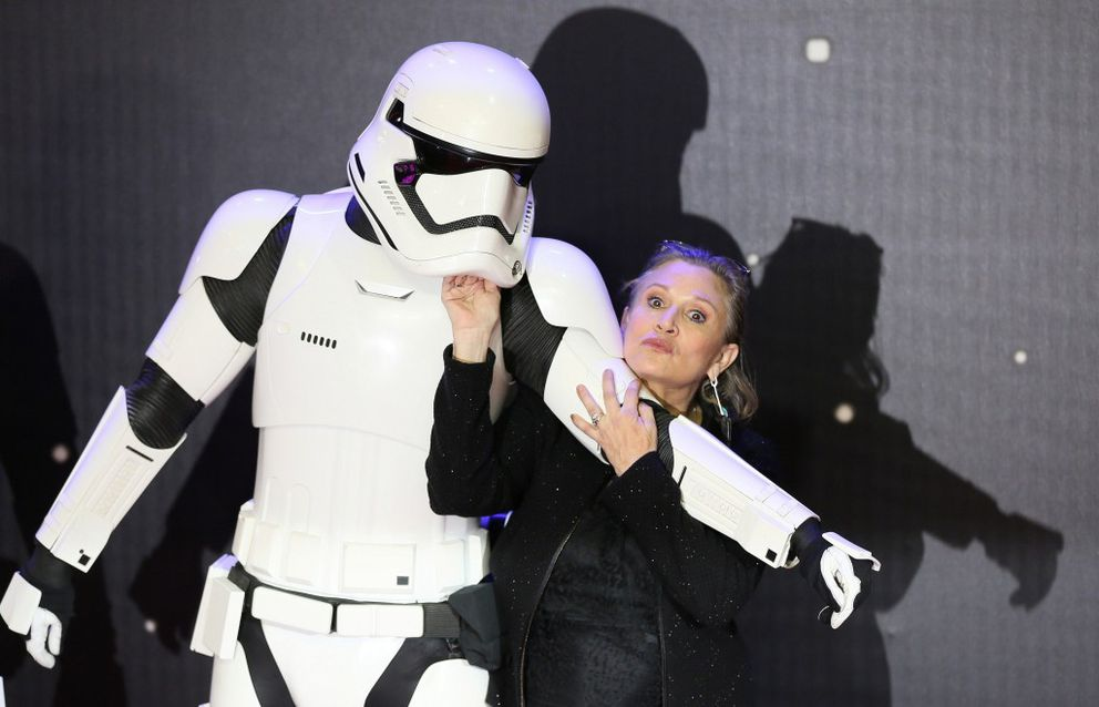 """FILE – Carrie Fisher poses as she arrives at the European premiere of """"Star Wars, The Force Awakens"""" in London, December 16, 2015. REUTERS/Paul Hackett"""