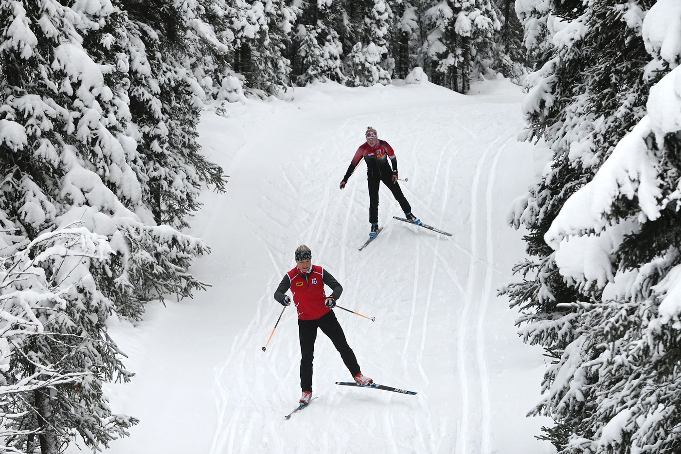 Alison Arians, front, and Meredith Schwartz warm up on a downhill. (Bill Roth / ADN)