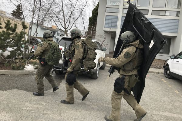 An Anchorage SWAT team heads to the Glenwood Apartments in response to a standoff April 10, 2018. (Bill Roth / ADN)
