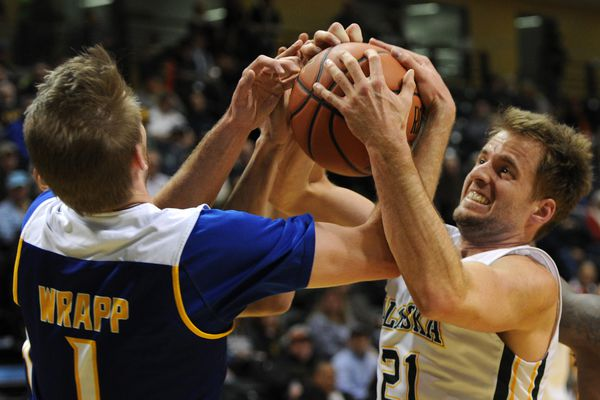 The UAA Seawolves lost their opening round game against CSU Bakersfield 59-39 during the final edition of the GCI Great Alaska Shootout at the Alaska Airlines Center on Wednesday, Nov. 22, 2017. (Bill Roth / ADN)