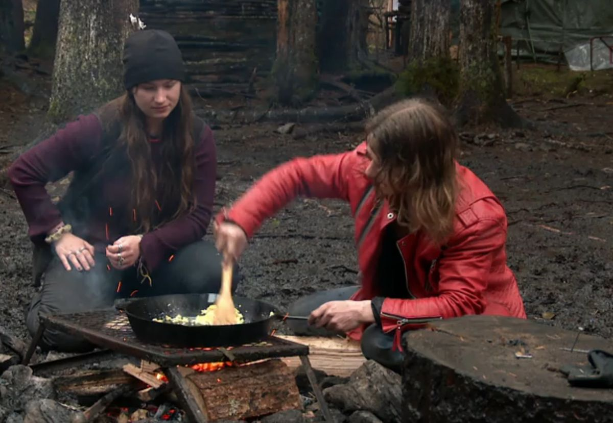 "Bear demonstrates ""extreme scrambled egg cooking"" on ""Alaskan Bush People"" (Screen capture via Discovery.com)"