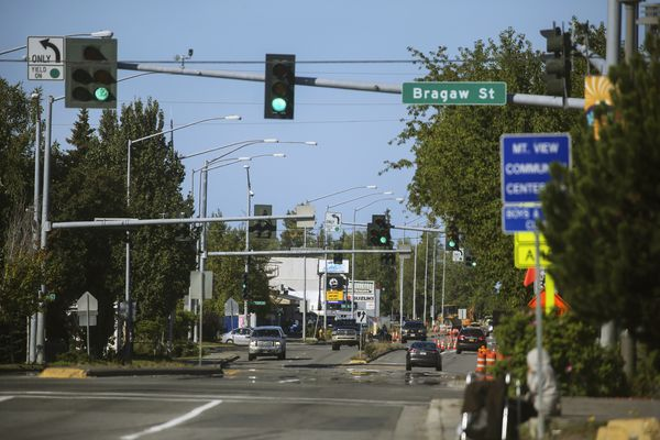 The intersection of Mountain View Drive and Bragaw Street in Mountain View in Anchorage on Aug. 21, 2020. (Emily Mesner / ADN)