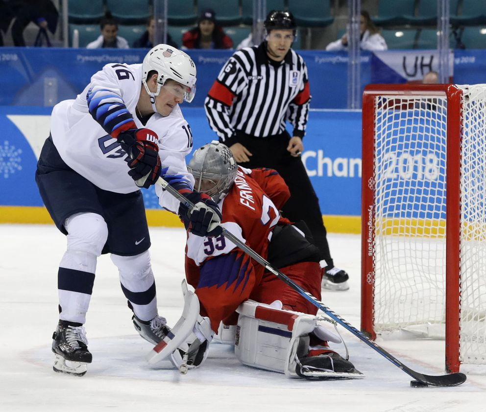 Ice Hockey – Pyeongchang 2018 Winter Olympics – Men's Quarterfinal Match – Czech Republic v U.S. – Gangneung Hockey Centre, Gangneung, South Korea – February 21, 2018 – Ryan Donato of U.S. misses in a shootout on goalie Pavel Francouz of the Czech Republic. REUTERS/David W. Cerny