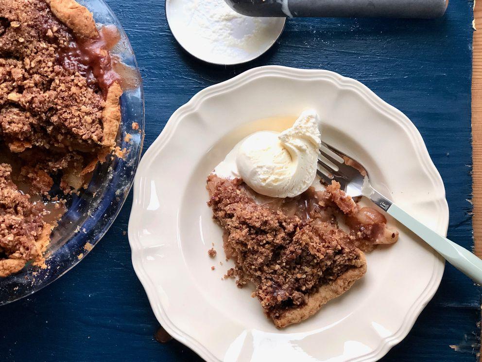 Cinnamon apple crisp pie (Photo by Kim Sunée)