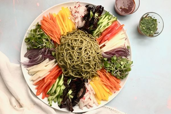 Chilled noodles and assorted vegetables (Photo by Kim Sunée)