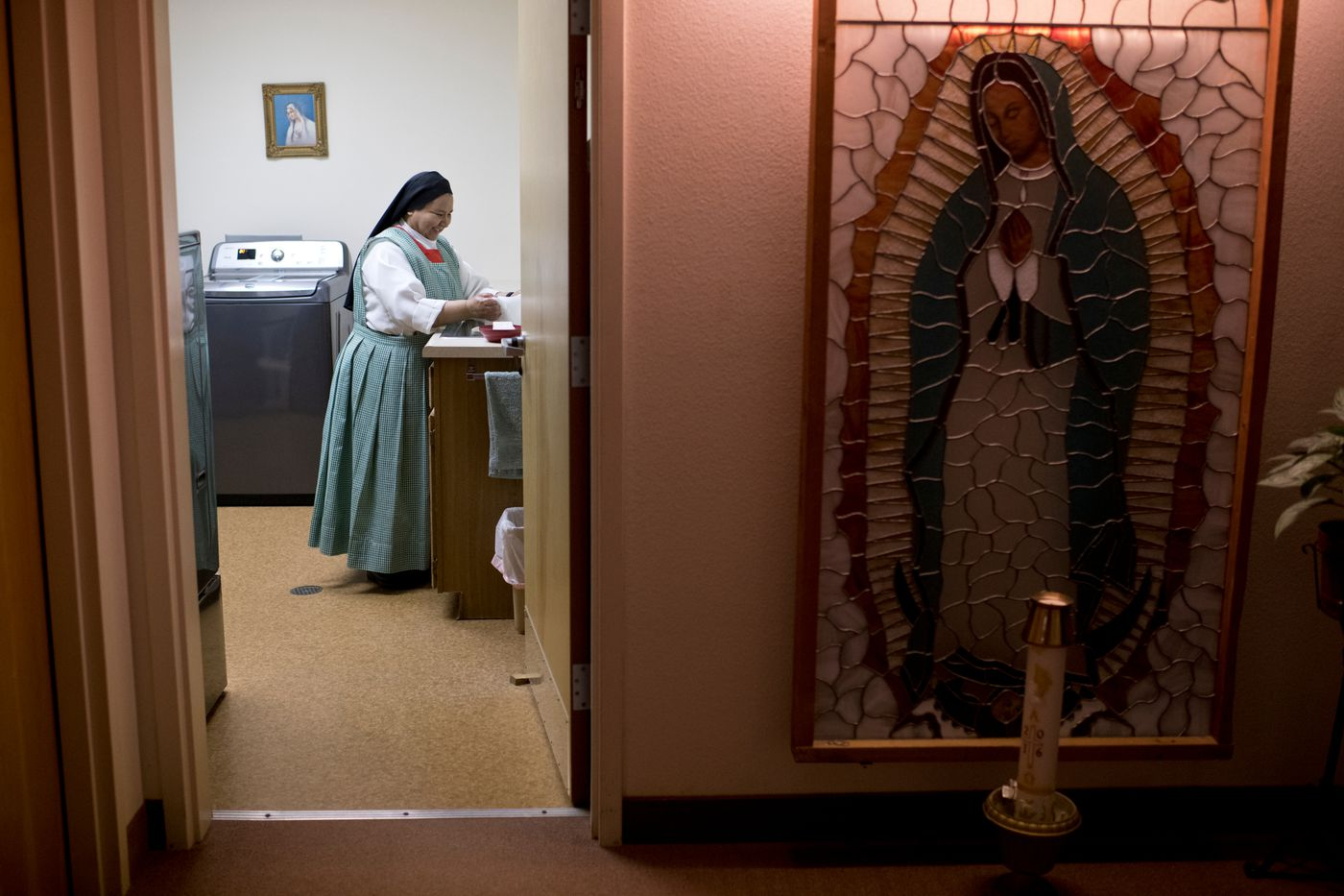 Sister Juana Velasquez does laundry on March 26, 2018. (Marc Lester / ADN)